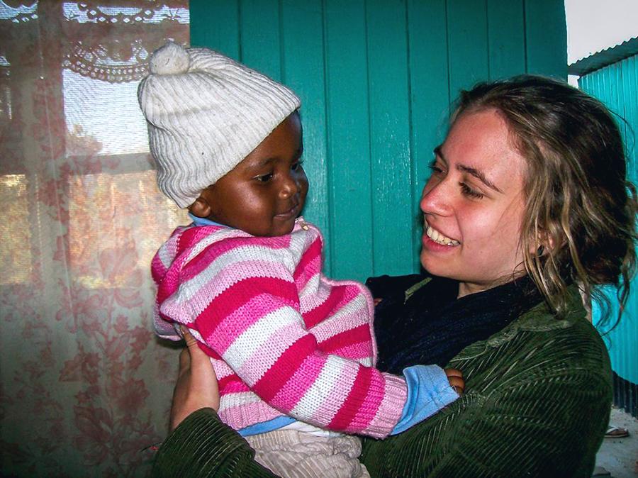 Marie en Afrique du Sud avec un enfant africain